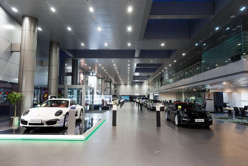 Porsche-Autos für Verkauf im Ausstellungsraum lizenzfreie stockbilder