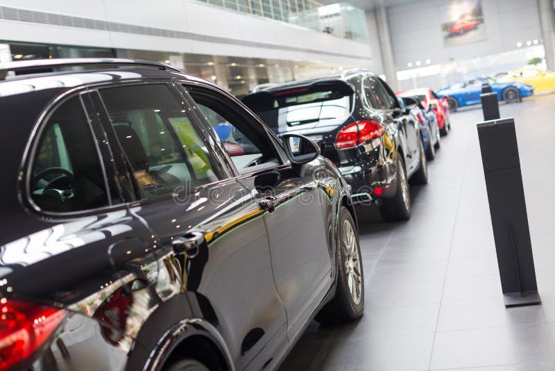 Porsche-Autos für Verkauf im Ausstellungsraum lizenzfreie stockfotos