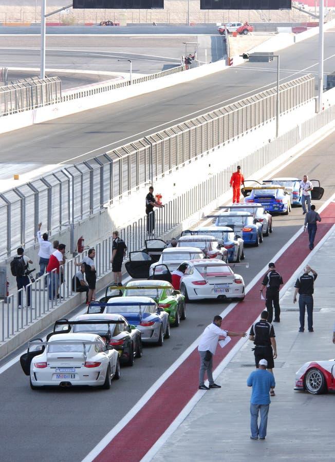 Porsche bilar som flyttar sig till huvudspåret arkivbild
