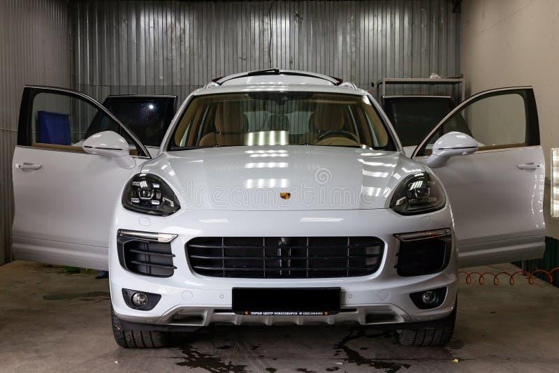 Porsche Cayenne 2016 ist mit einem beige Innenraum w?hrend des Waschens und Trockenreinigung in einem Auto-Service-Center wei?, n lizenzfreie stockfotografie