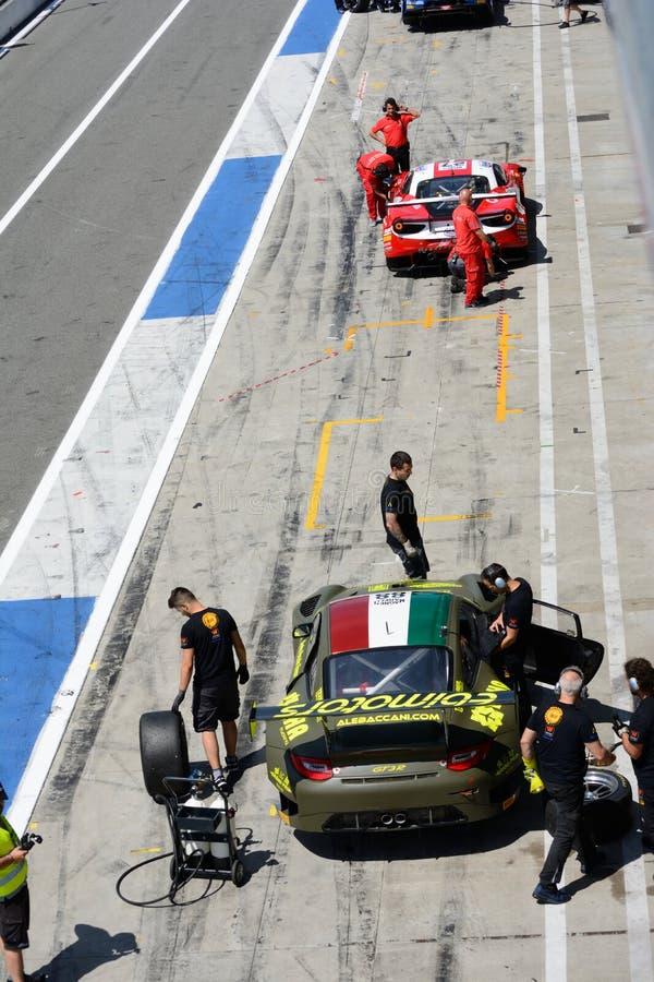 Porsche e Ferrari in Pit Lane fotografie stock