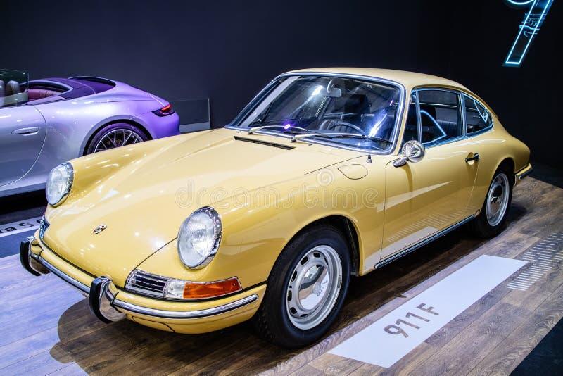 Porsche 911 F 1968 glansowany i b?yszcz?cy stary klasyczny retro samoch?d fotografia royalty free