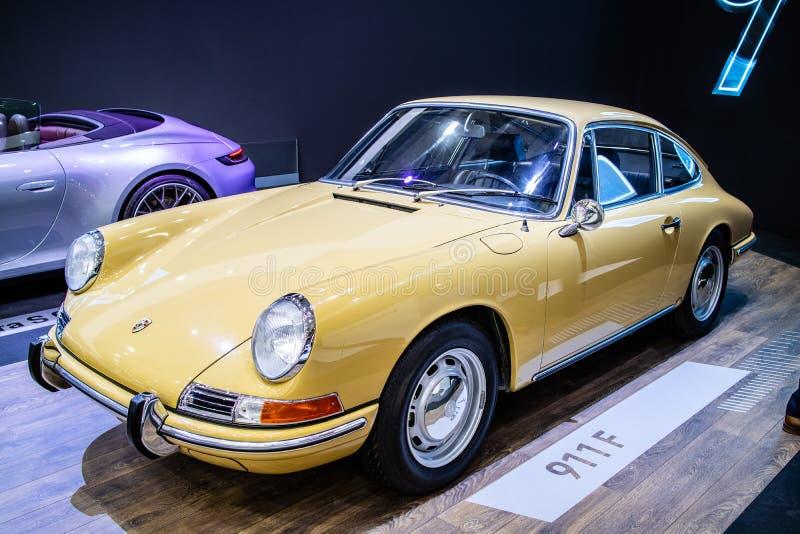 Porsche 911 F 1968 glansowany i b?yszcz?cy stary klasyczny retro samoch?d zdjęcia royalty free