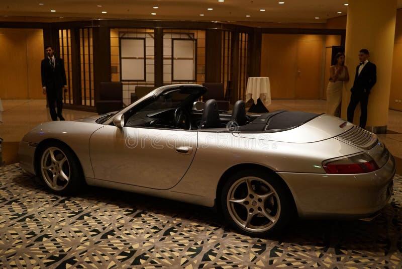 Porsche-Ionenanzeige in einem Hotel stockfotos