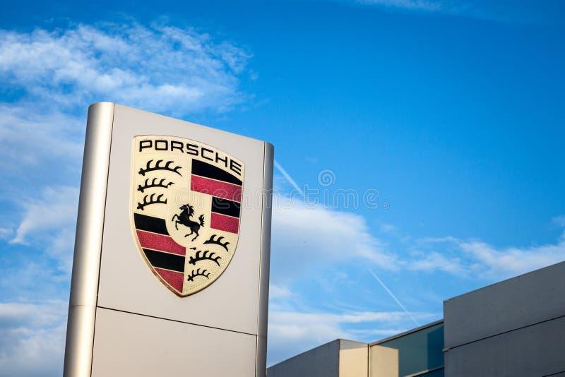 Porsche logo na ich głównym przedstawicielstwo handlowe sklepie w Belgrade Porsche jest Niemieckim samochodem automobilowym wytwó obraz stock