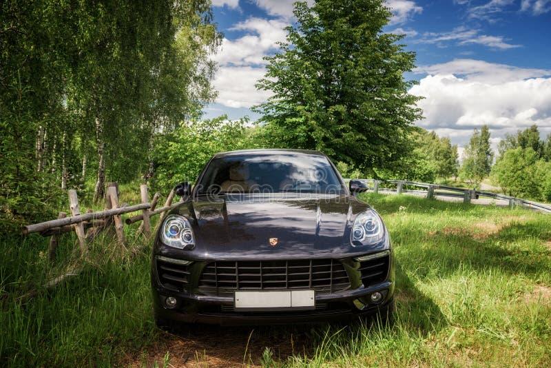 Porsche Macan wird geparkt stockfotos