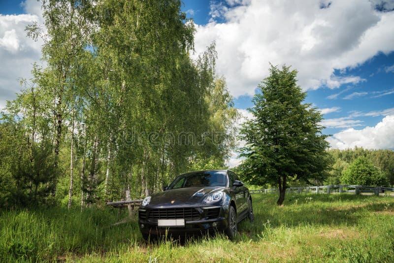 Porsche Macan wird geparkt stockfotografie