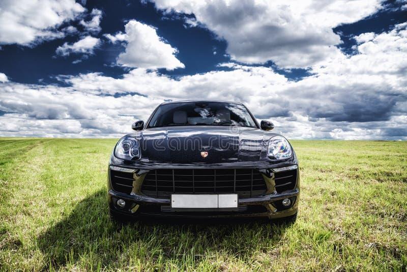 Porsche Macan wird geparkt lizenzfreies stockfoto