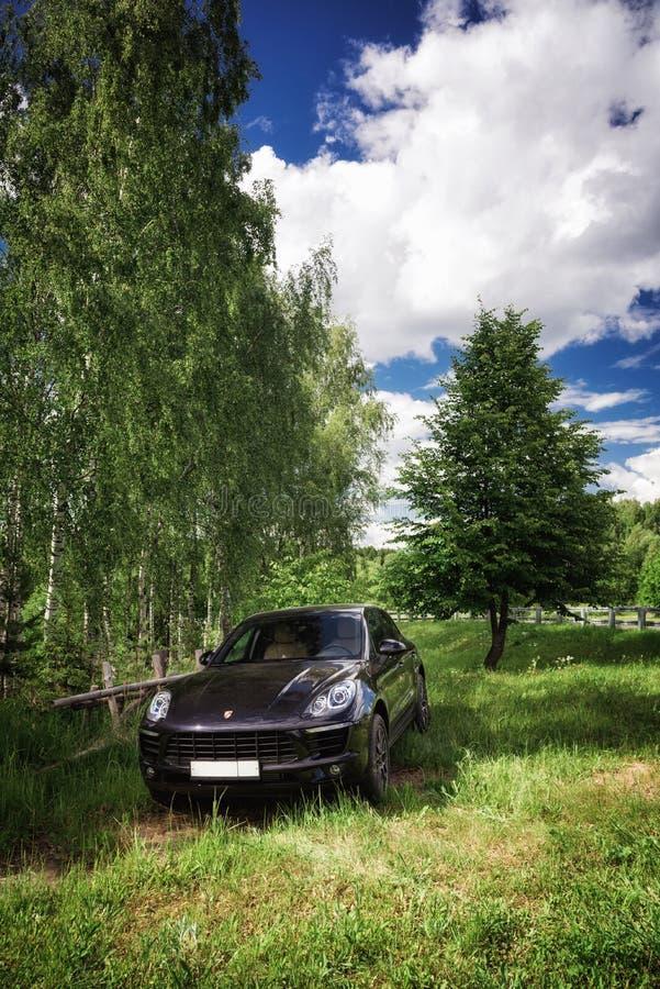 Porsche Macan wird geparkt lizenzfreie stockfotografie