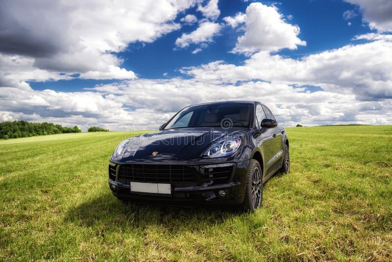 Porsche Macan wird geparkt stockbild