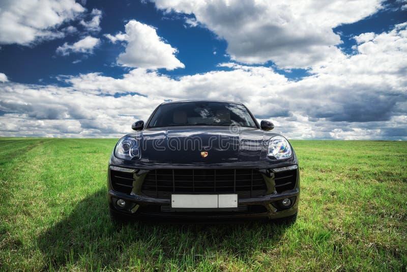 Porsche Macan wordt geparkeerd stock afbeeldingen