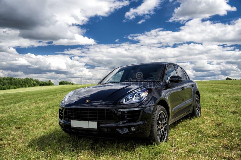 Porsche Macan wordt geparkeerd royalty-vrije stock fotografie