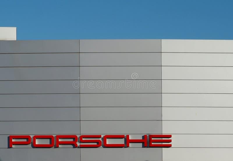 Porsche namnmärke Detalj på den nya fasaden av den officiella bilåterförsäljaren i Udine royaltyfria bilder