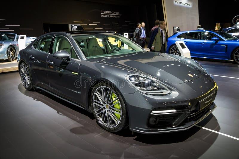 Porsche Panamera E-bland sportbil fotografering för bildbyråer