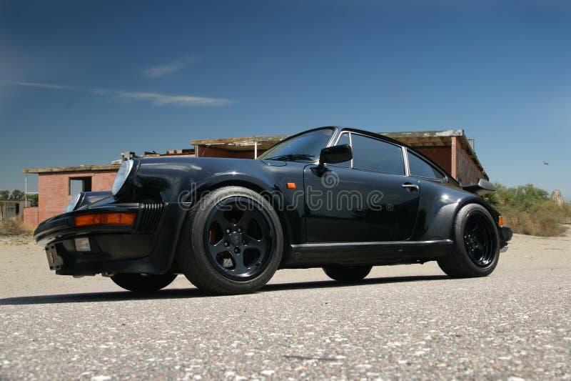 Porsche 911 parqueado en desierto imagen de archivo