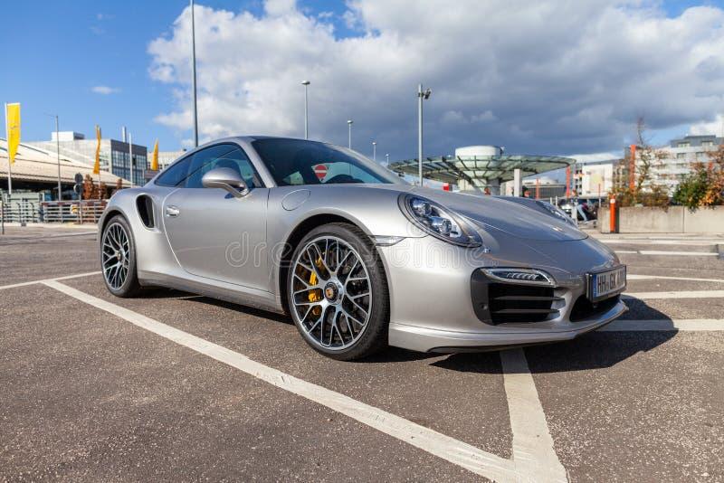 Porsche 911 tribunes op parkeerterrein stock afbeeldingen