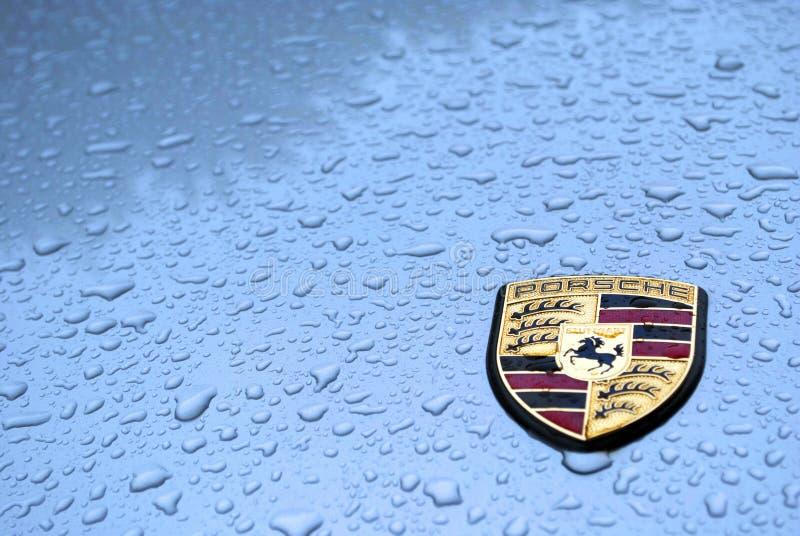 Porsche unter Regen mit Wassertropfen lizenzfreie stockfotografie