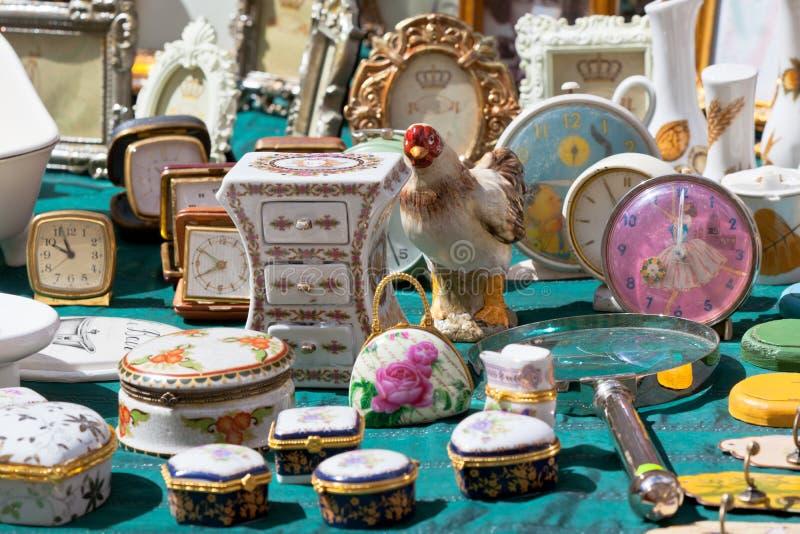 Porselein bij een vlooienmarkt stock afbeeldingen