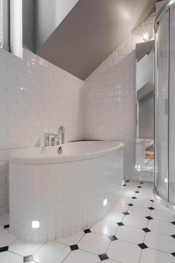 Porseleinbadkuip in wit toilet royalty-vrije stock fotografie
