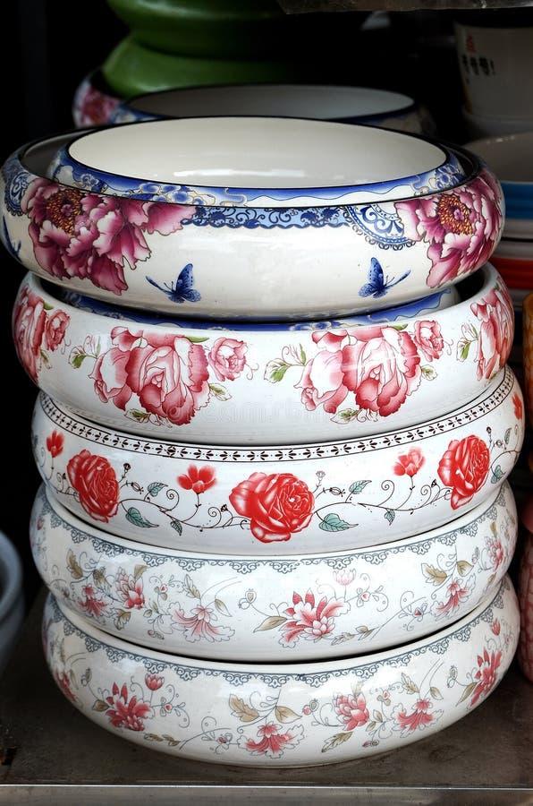 Porseleinpotten in rijen stock fotografie