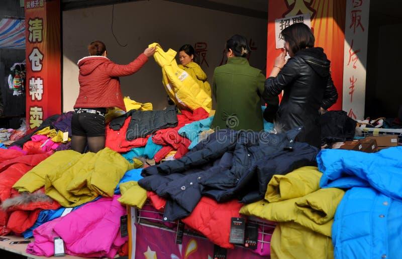 porslinet coats pengzhoushoppingkvinnor royaltyfri foto