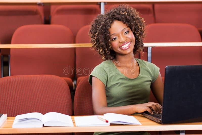 Portátil africano da universitária fotografia de stock royalty free