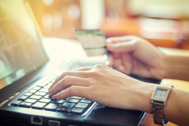 portátil asiático da mulher e cartão de crédito de utilização que compra em linha, selec fotografia de stock royalty free