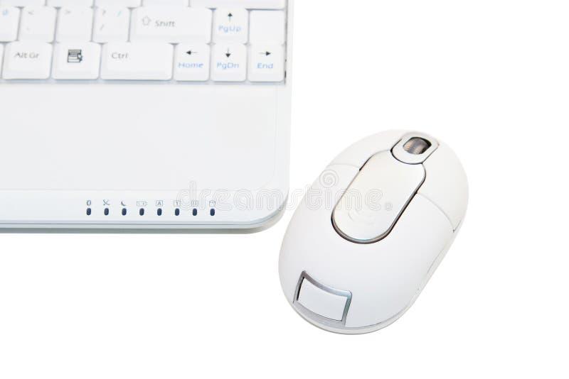 Portátil branco com rato sem corda imagem de stock