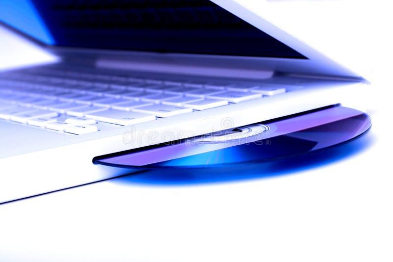 Portátil branco do matiz azul com disco do dvd. imagens de stock