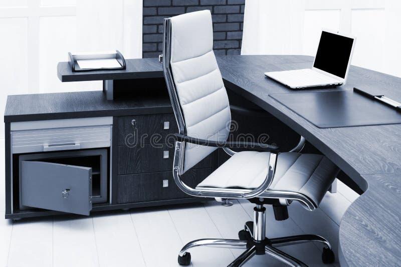 portátil branco na mesa fotos de stock royalty free