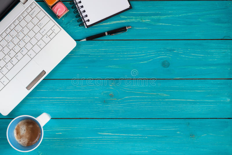 Portátil, caderno, lápis e xícara de café no fundo de madeira fotografia de stock