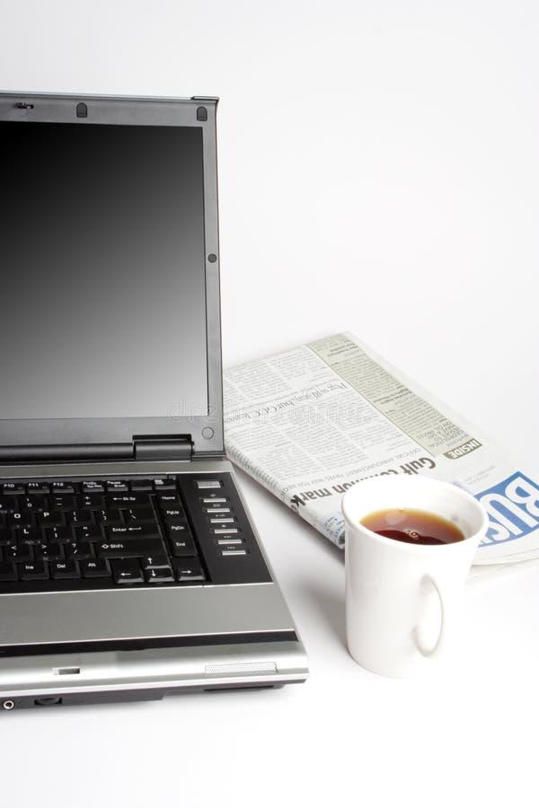 Portátil, café e jornal foto de stock royalty free