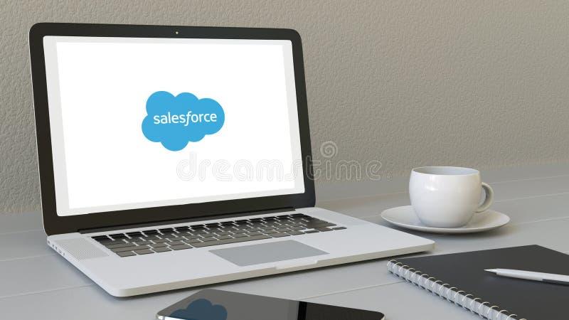 Portátil com logotipo de Salesforce na tela Rendição conceptual do editorial 3D do local de trabalho moderno ilustração stock