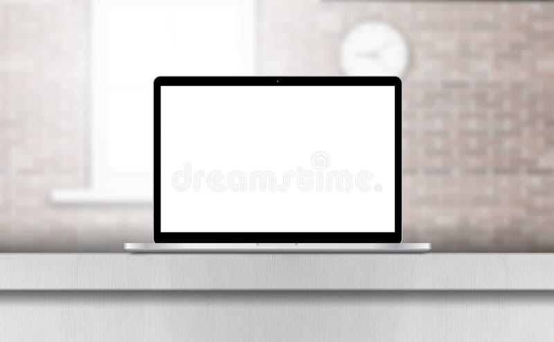 Portátil, com a tela vazia na mesa no interior do escritório ilustração royalty free