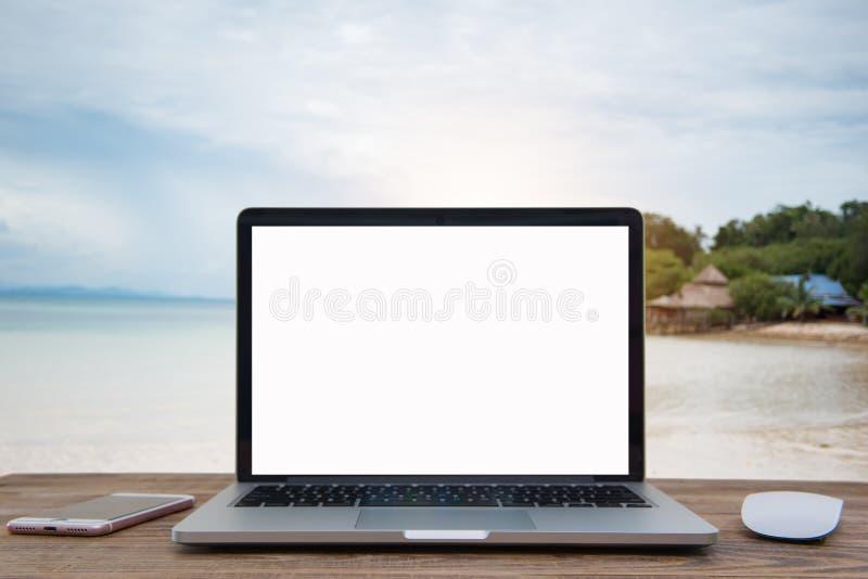 Portátil com a tela vazia na tabela do verão do borrão imagem de stock