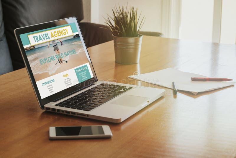 Portátil com um Web site da agência de viagens na tela no escritório imagens de stock royalty free