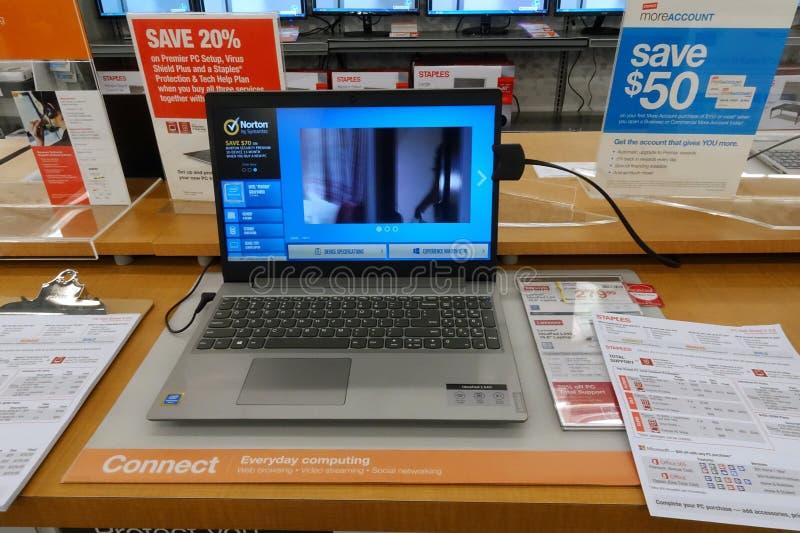 Portátil de HP em uma tabela em uma loja imagem de stock royalty free