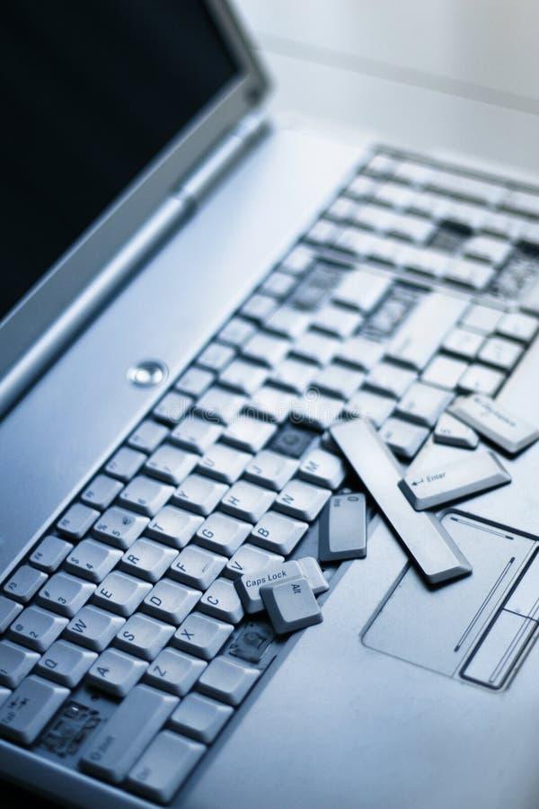 Portátil de prata com teclado quebrado Uma imagem do close-up da peça de portátil quebrado imagens de stock