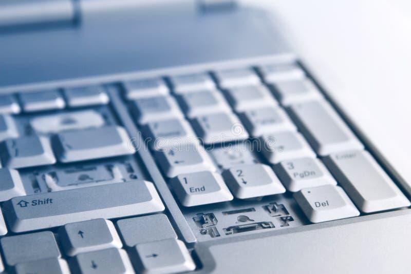 Portátil de prata com teclado quebrado Uma imagem do close-up da peça de portátil quebrado foto de stock royalty free