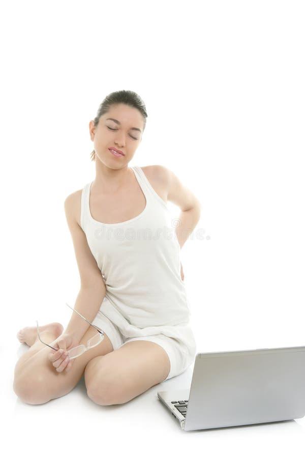 Portátil de trabalho da mulher bonita, dor traseira foto de stock royalty free