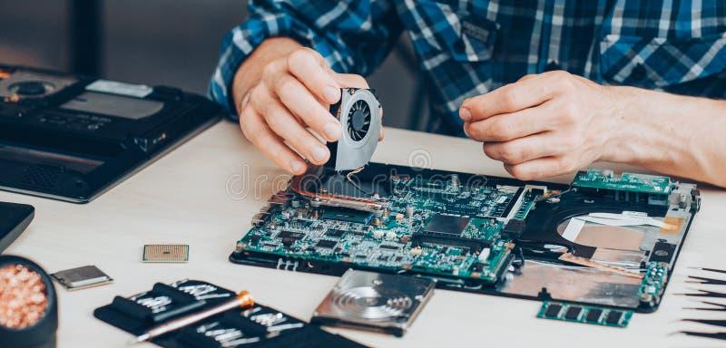 Portátil do apoio do hardware do serviço de reparações do computador imagens de stock