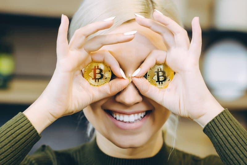Portátil do bitcoin da mulher fotos de stock