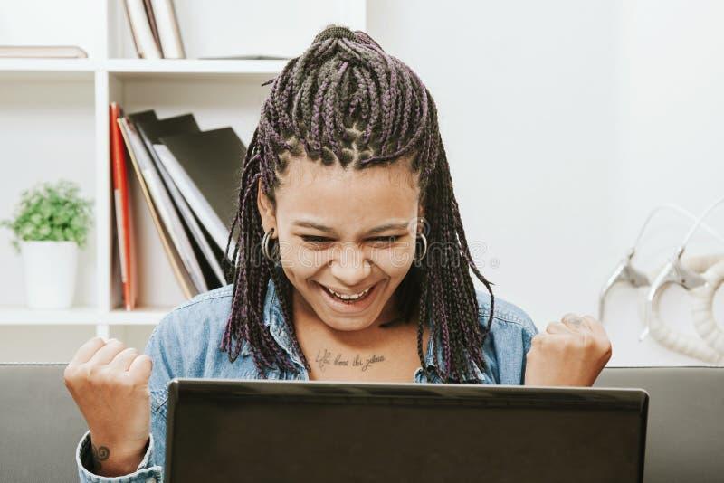Portátil do computador da mulher foto de stock