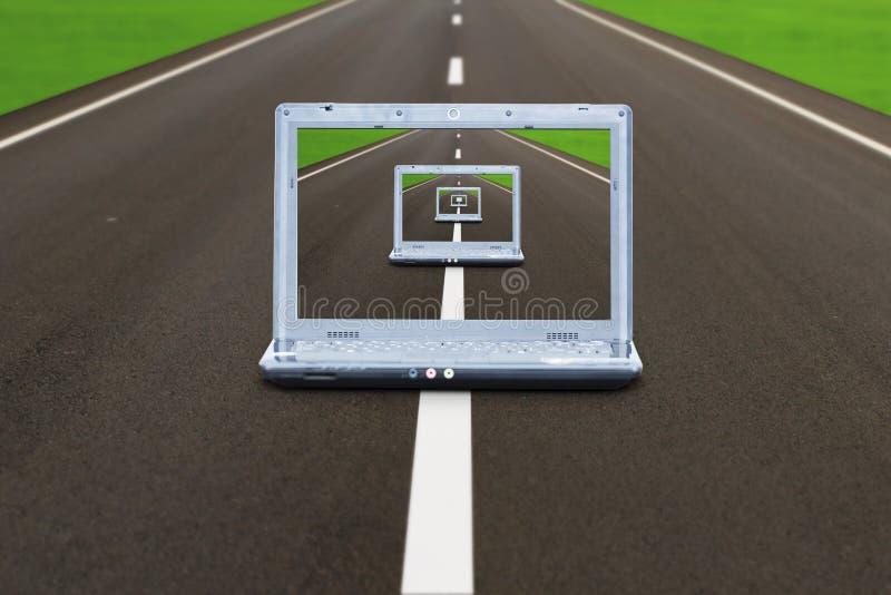 Portátil do computador na estrada foto de stock