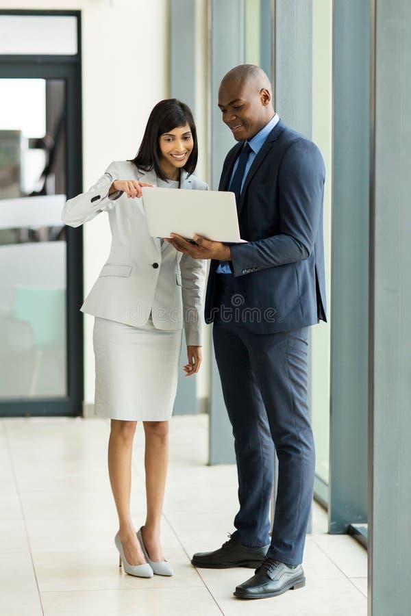 Portátil do homem de negócios da mulher de negócios imagens de stock royalty free