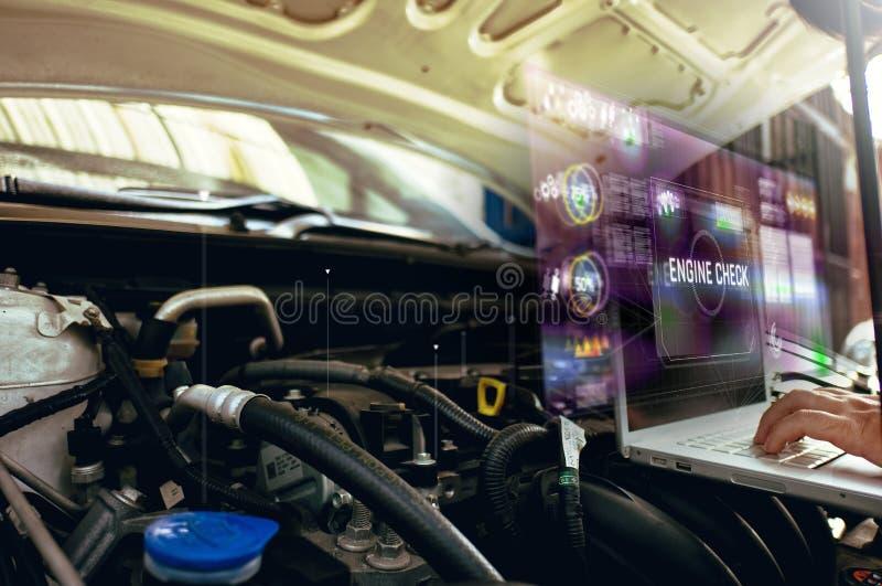 Portátil do uso do homem à análise em seu motor de automóveis com holograma o conceito do holograma do serviço do motor imagens de stock