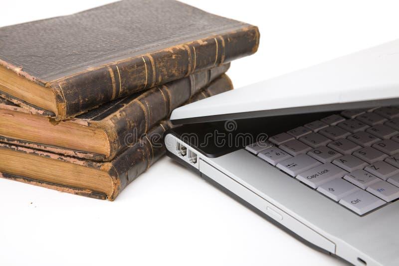 Portátil e livros de lei fotografia de stock
