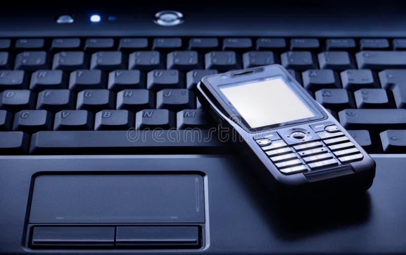 Portátil e telefone móvel fotografia de stock royalty free
