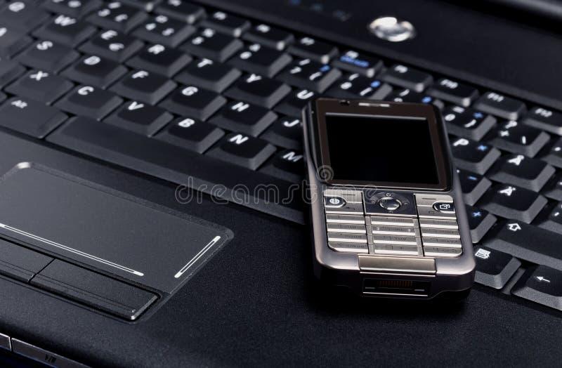 Portátil e telefone móvel foto de stock