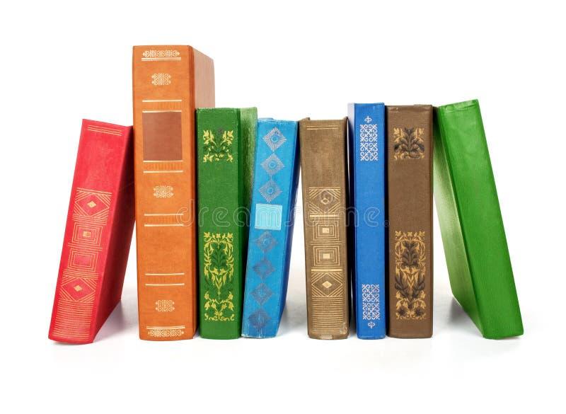 Portátil e uma pilha de livros velhos imagem de stock